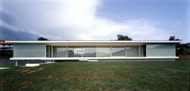 the Mirador House in Olot, inspired by the Resor House Project (1937-1938) by Mies van der Rohe